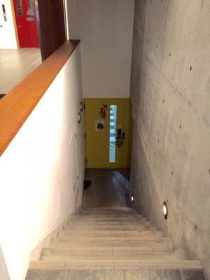 地下に下りる階段2