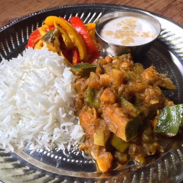 インドカレー:かぼちゃのカレー、夏野菜のサブジ(スパイスの炒め物)、ライタ(ヨーグルトのサラダ)