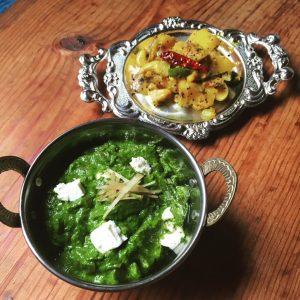 ほうれん草のカレー、じゃがいものサブジ(蒸し煮)、パニール(インドのチーズ)