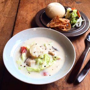 冬野菜のクリームシチュー、白菜のサラダ、野菜チップス