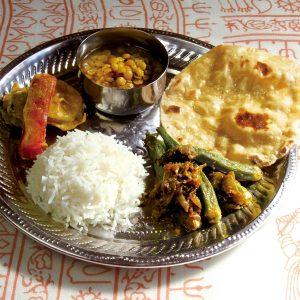 チャナダール(チャナ豆のカレー)、オクラのサブジ(蒸し煮)、チャパティ(インドの薄焼きパン)、パコラ(インドの天ぷら)