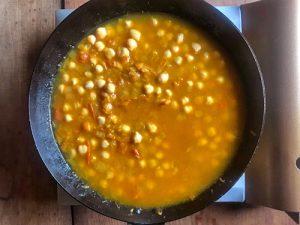豆を煮込む1