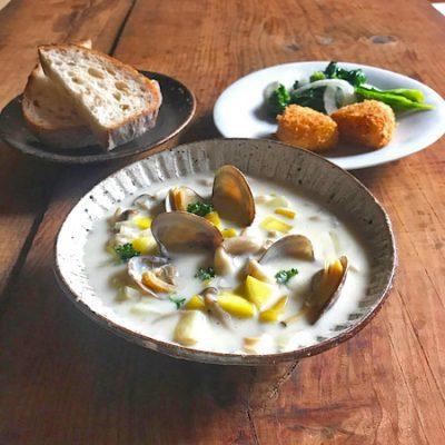 クラムチャウダー、菜の花と新玉ねぎのマリネ、カマンベールチーズのフライ
